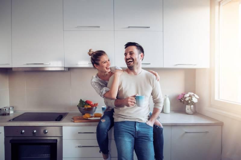 glückliches Paar, das in der Küche umarmt