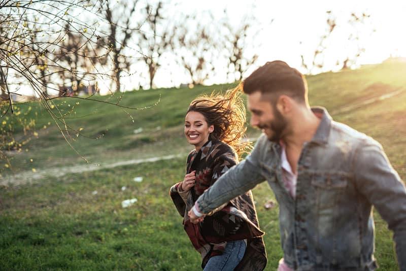 glückliches Paar, das in der Natur geht
