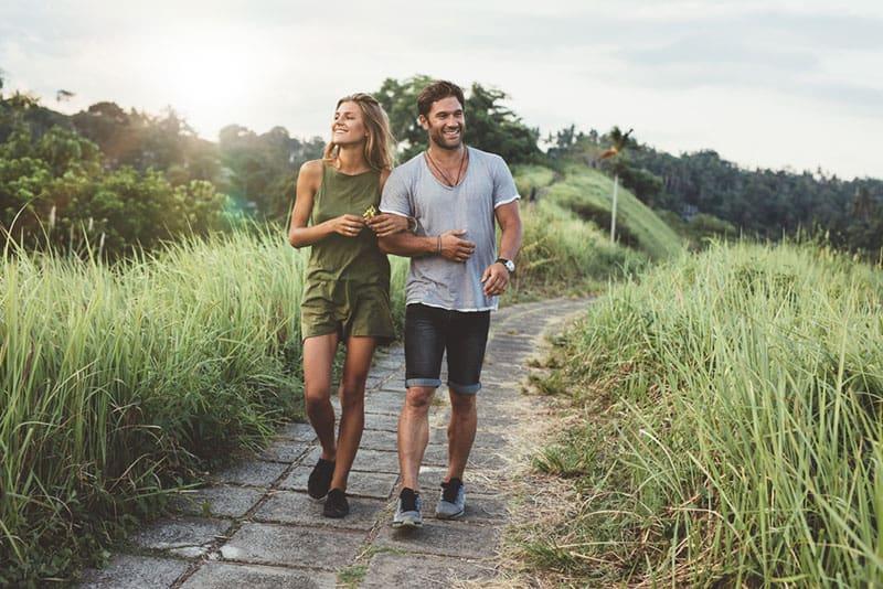 glückliches Paar das in der Natur geht