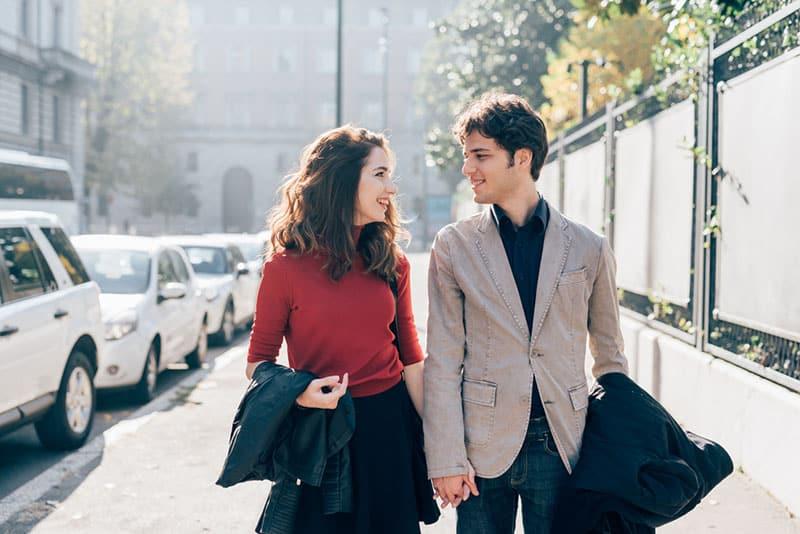 glückliches Paar, das zusammen geht