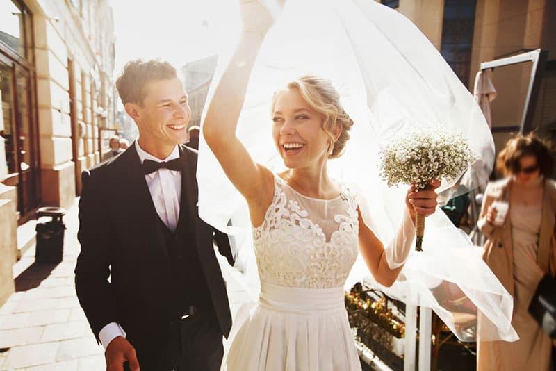 glückliches Paar gerade verheiratet