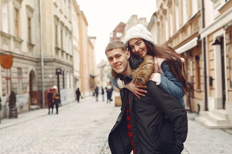 glückliches Paar posiert vor der Kamera