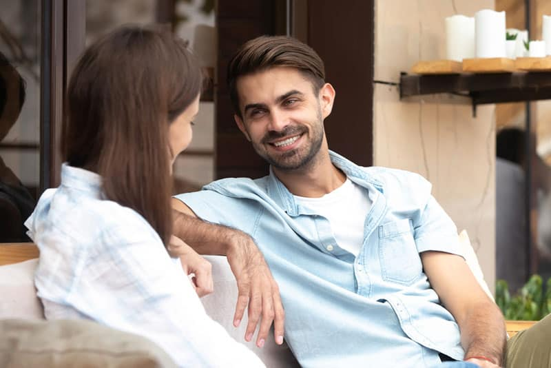 glückliches Paar reden
