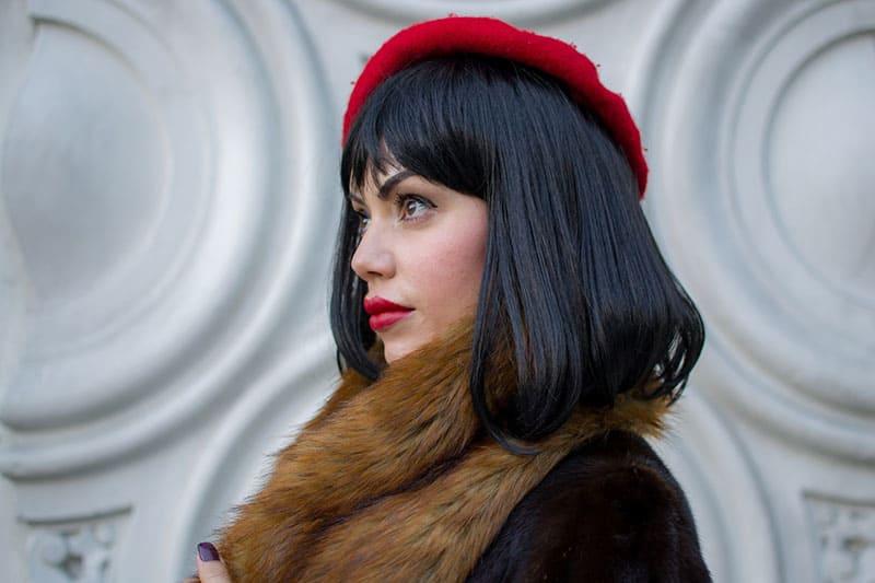 hübsche Frau mit rotem Hut