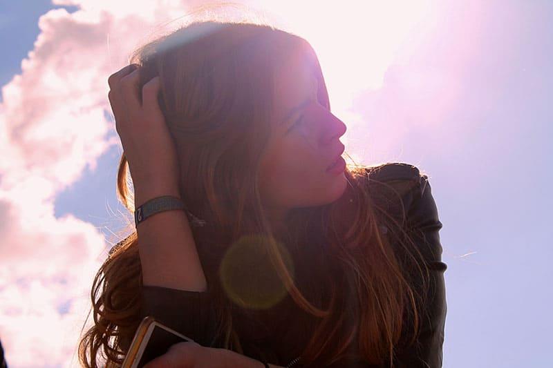 junge Frau auf dem Sonnenuntergang