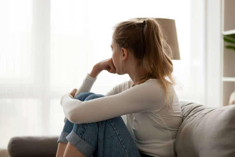 junge Frau nachdenklich und nach außen schauend