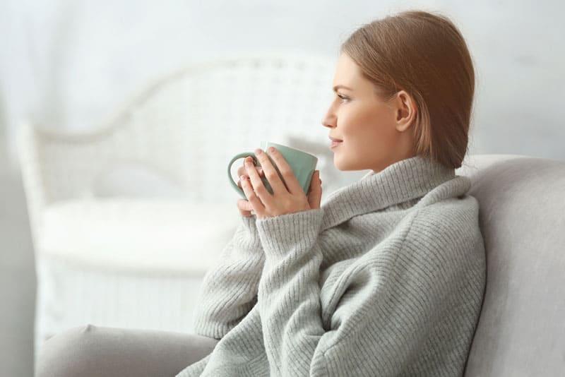junge Frau trinkt einen Tee