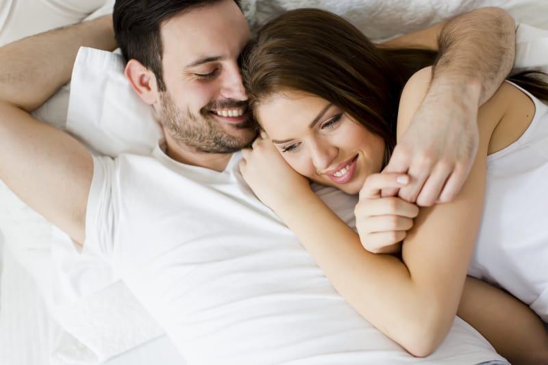 junges Liebespaar im Bett