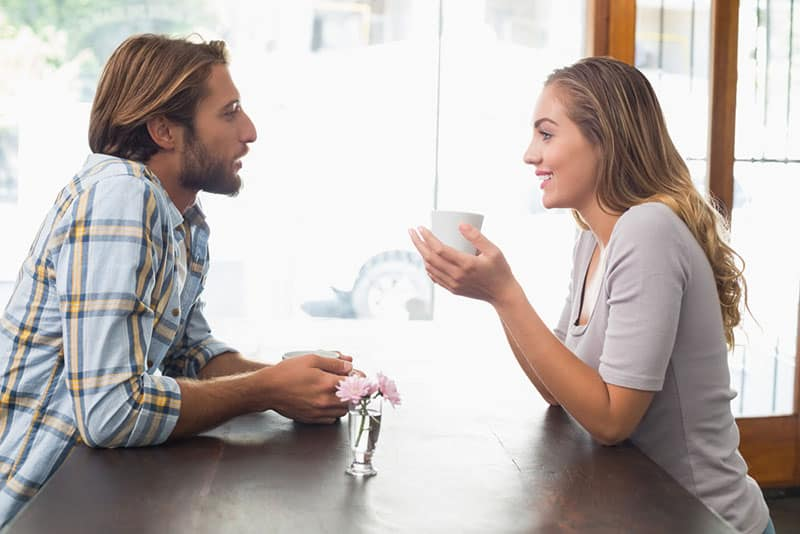 junges Paar im Kaffee sprechen