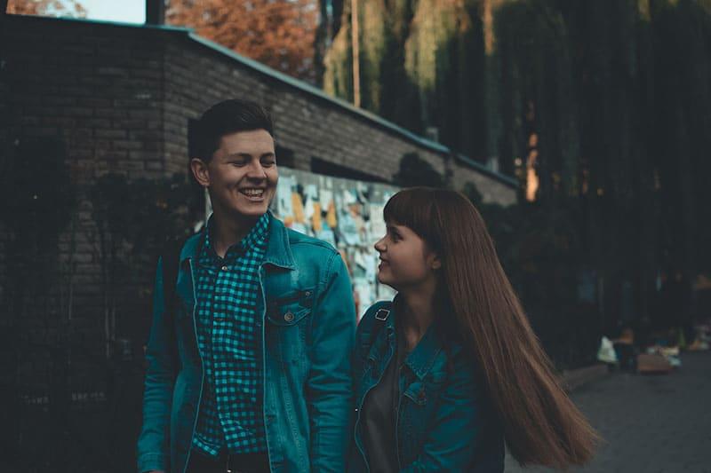 junges Paar lächelnd
