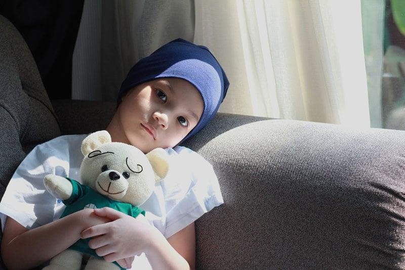 kleines Kind mit Teddybär