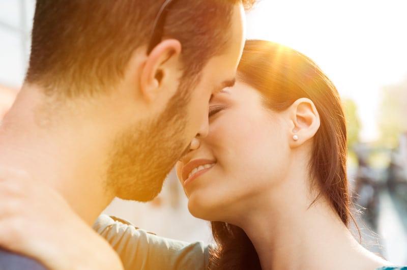 leidenschaftliches Paar im Freien küssen
