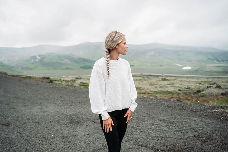 nette Frau im weißen Hemd