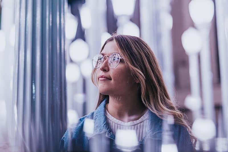 nette Frau mit Brille denken