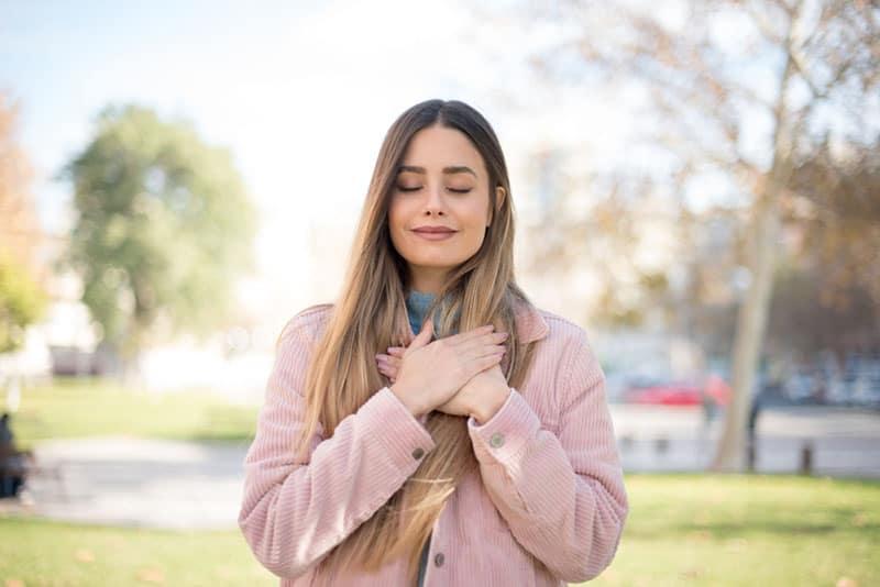 nettes Mädchen im Park meditieren
