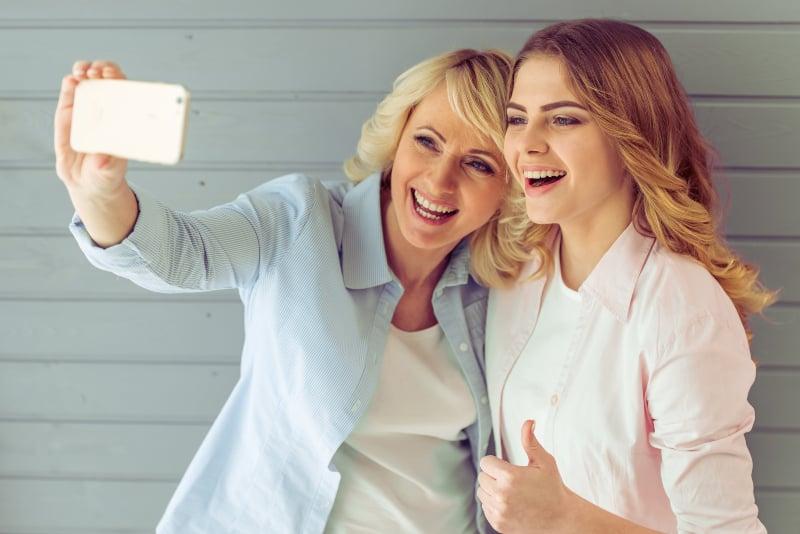 reife Mutter mit ihrer Tochter Selfie