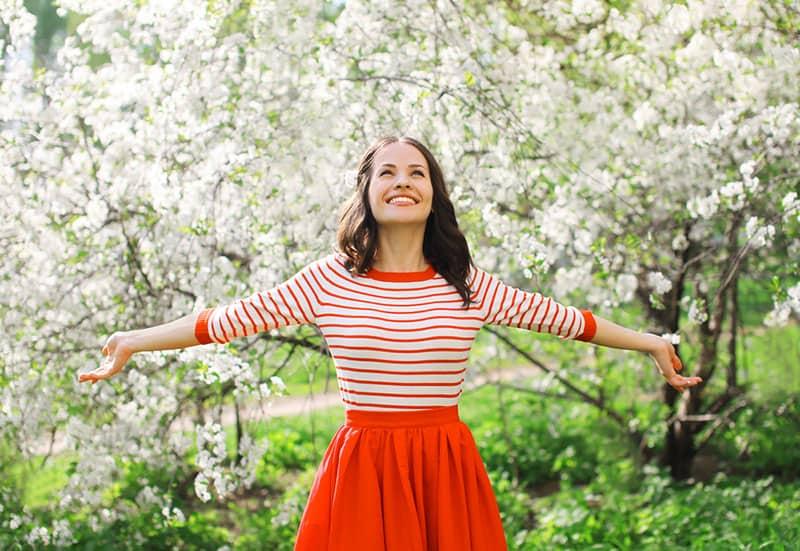 süßes Mädchen breitete ihre Arme aus