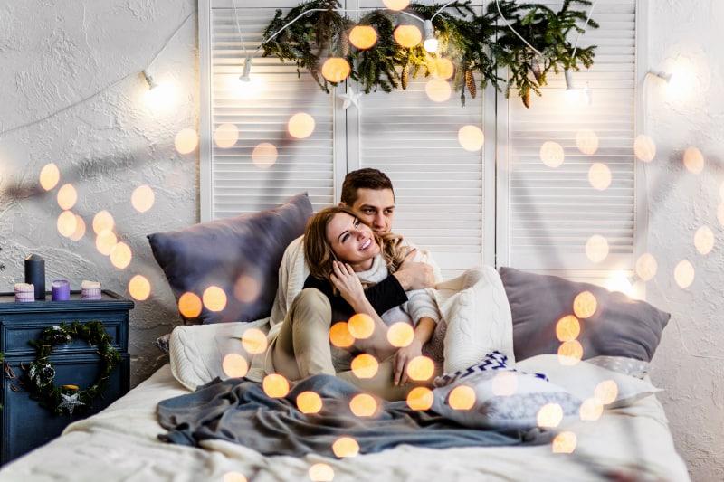 süßes Paar im Bett umarmen