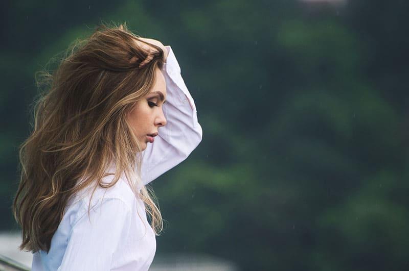 schöne Frau hält ihre Haare