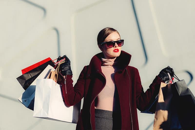 schöne Frau mit Einkaufstüten
