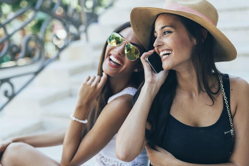 schöne Mädchen am Telefon sprechen