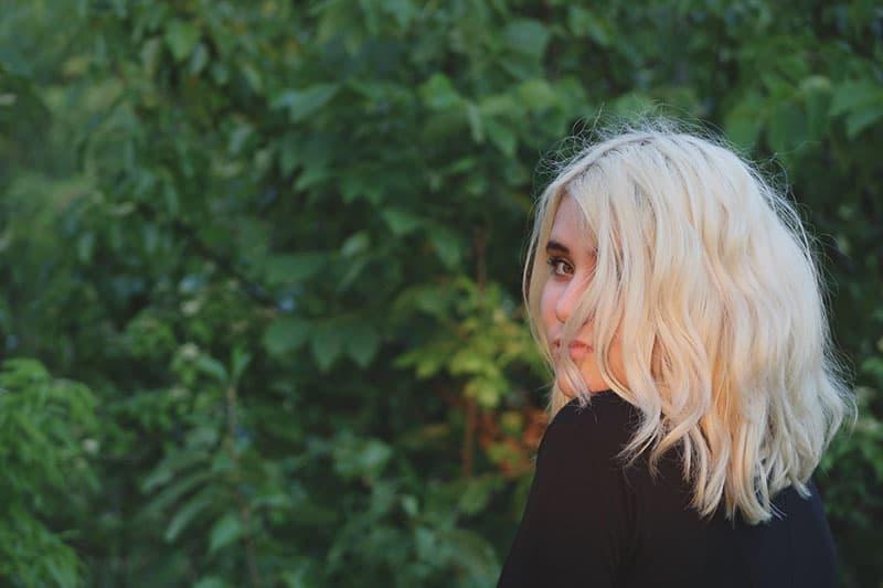 schöne blonde Frau posiert