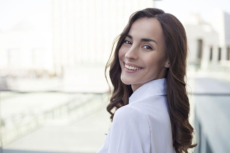 schöne junge Frau posiert