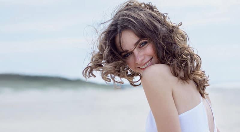 schönes Mädchen mit blauen Augen lächelnd