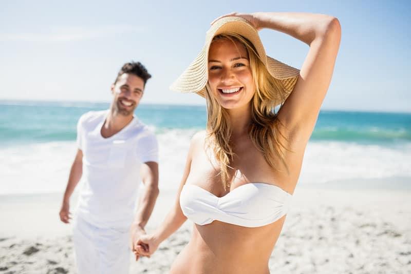 schönes Paar, das sich am Strand bräunt