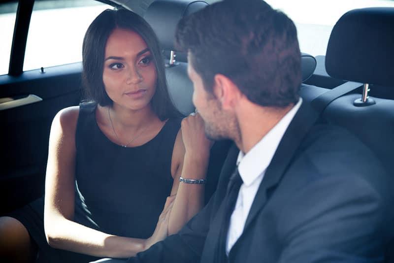 schönes Paar im Auto sprechen