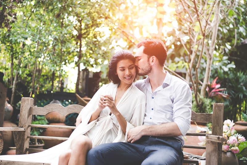 schönes Paar sitzt auf der Bank