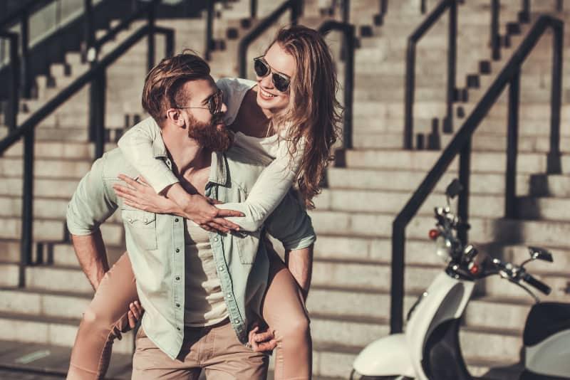 ein Mädchen, das mit ihrem Freund in der Stadt genießt
