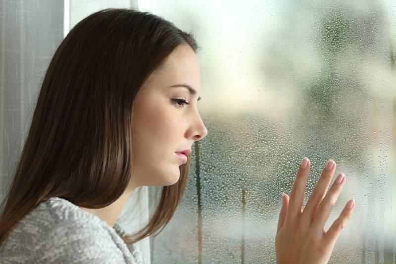 traurige Frau, die nach draußen schaut