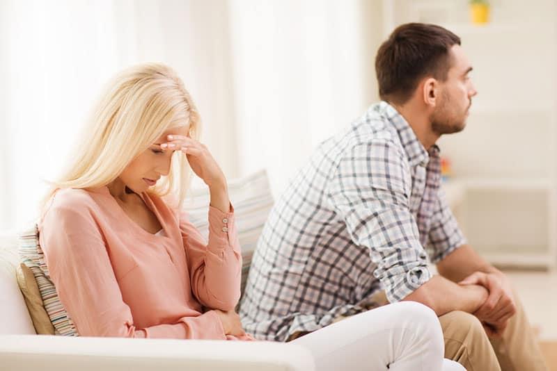traurige Frau, die neben dem Mann sitzt