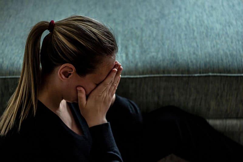trauriges Mädchen weint allein zu Hause