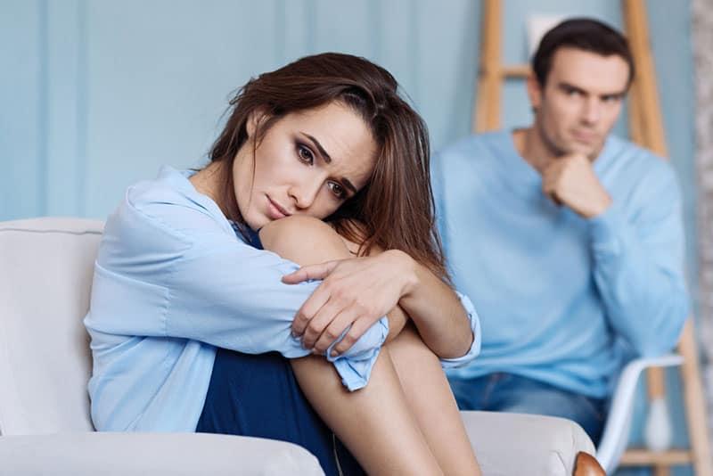 unglückliche Frau mit ihrem Freund zu Hause