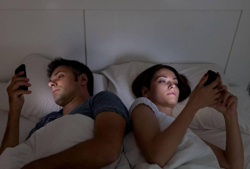 unglückliches Paar, das sich im Bett gegenüberliegt