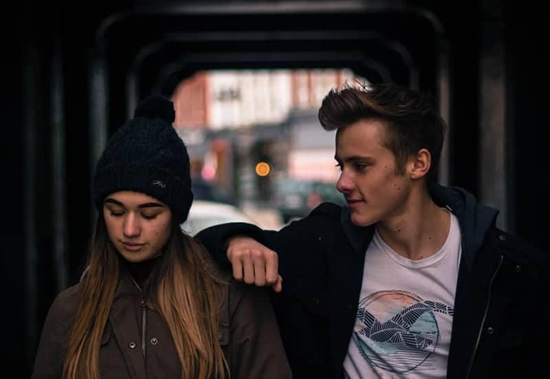 verärgertes Mädchen, das mit seinem Freund geht