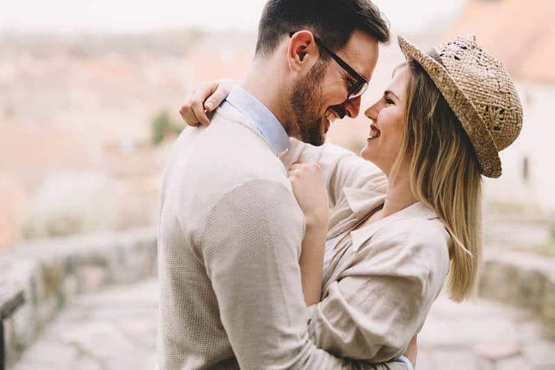 verliebtes Paar, das sich draußen ansieht