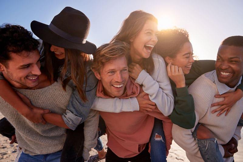 viele Freunde haben Spaß zusammen