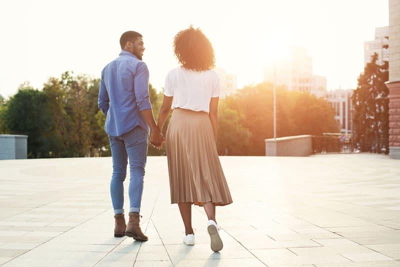 wandelndes Paar bei Sonnenaufgang