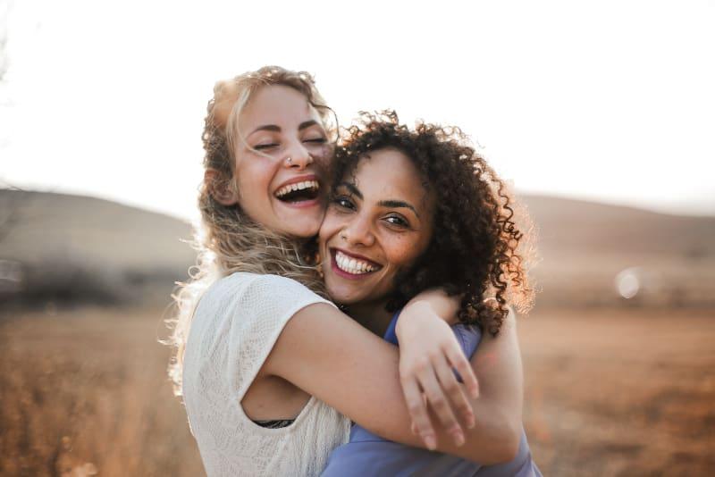 zwei Freundinnen haben Spaß