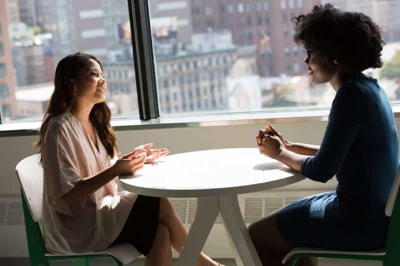 zwei Freundinnen unterhalten sich