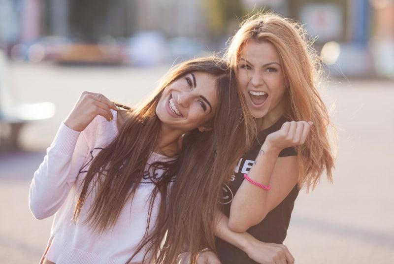zwei attraktive junge Mädchen