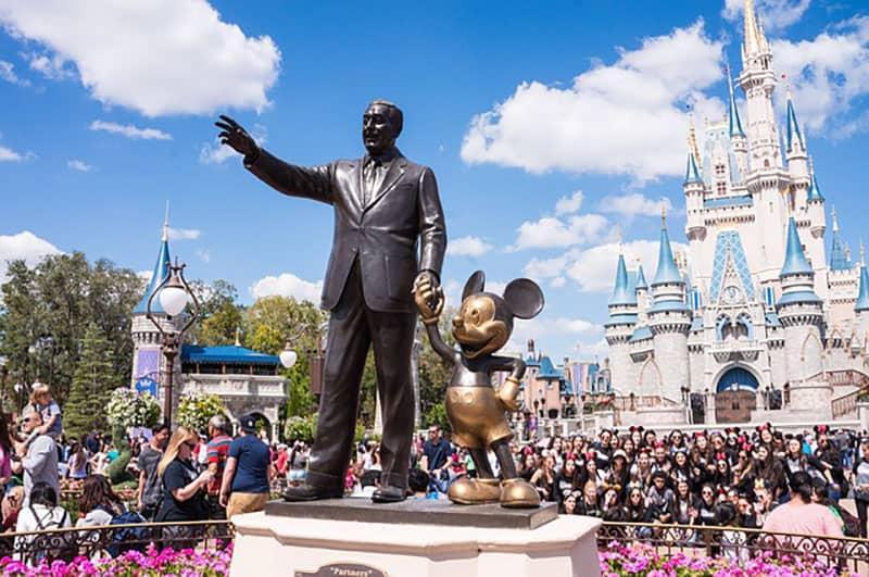 Walt Disney Holding für Hand Mickey Mouse