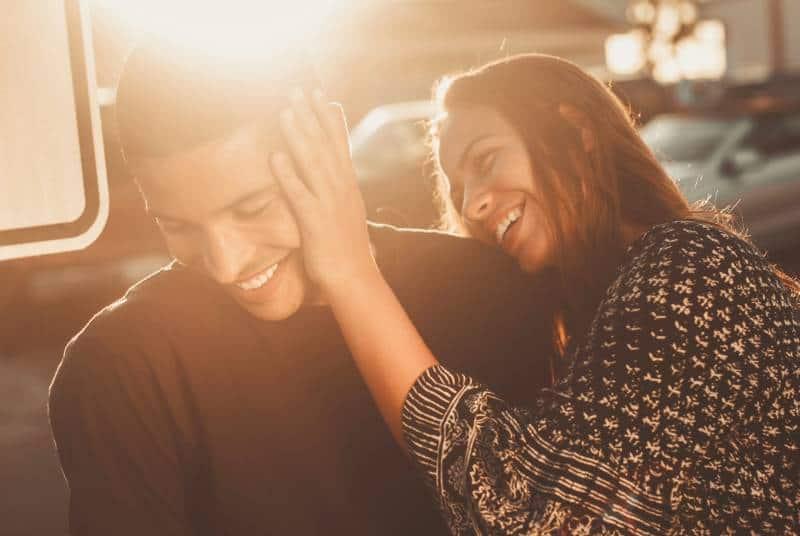 lächelnder Mann und Frau