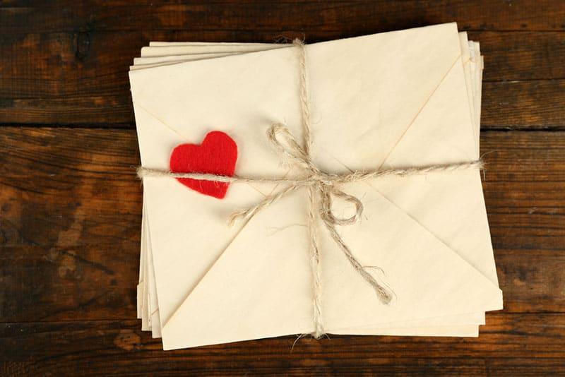 Bündel Liebesbriefe mit kleinem roten Herzen