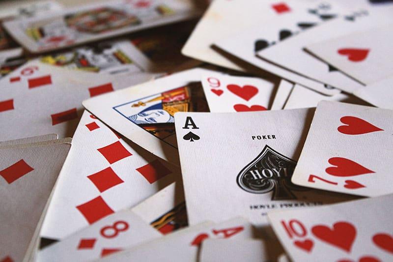 Bündel Spielkarten mit Pokerkarte