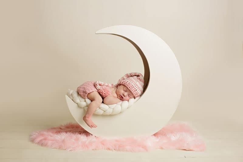 Baby, das auf dem Mondspielzeug für Fotosession schläft