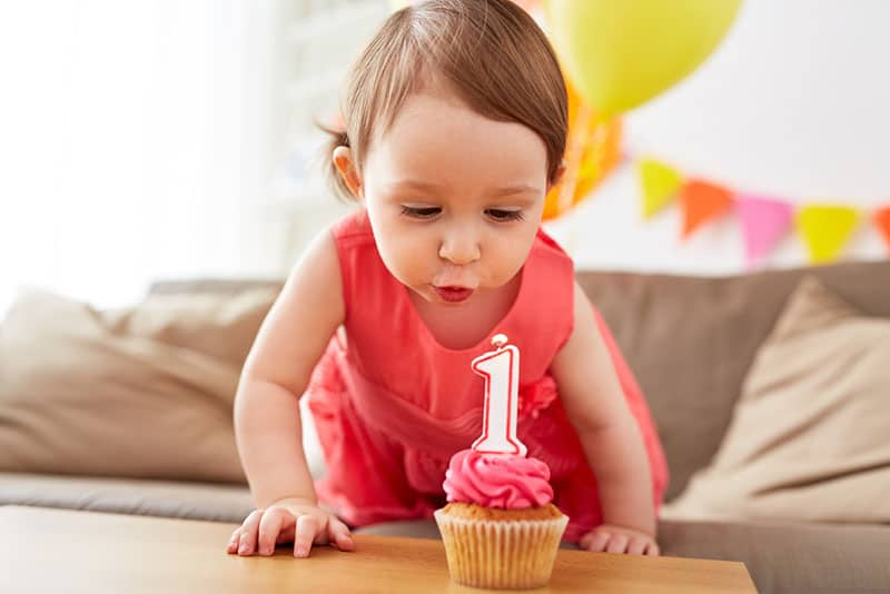 Baby feiert Geburtstag